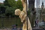 kamnná socha sv. Jana Nepomuckého na slavnostech Navalis (foto Martin Frouz)