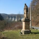 Původní socha dnes pod přehradou